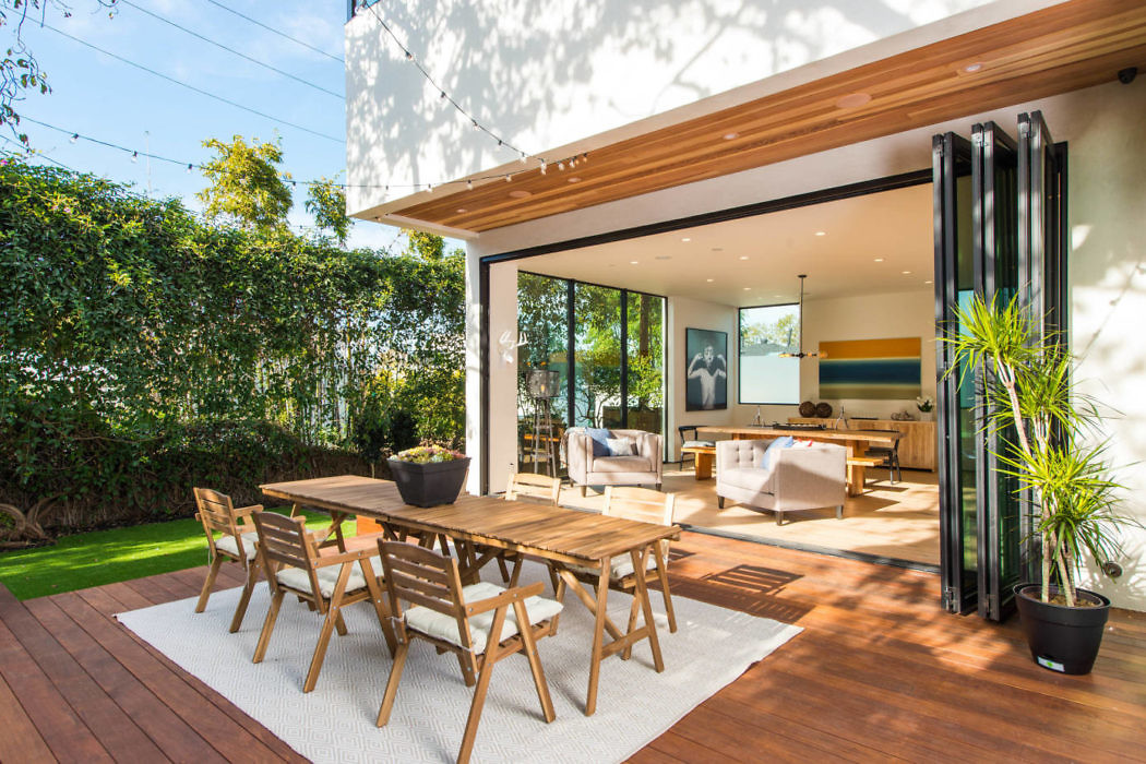 Contemporary House with Beautiful Backyard Deck